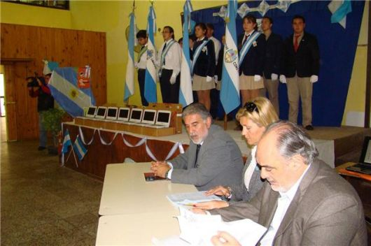 Colombi entregó 109 netbook a Escuela Agrotécnica