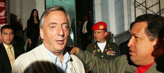 Chávez sube en las encuestas, Kirchner suspira