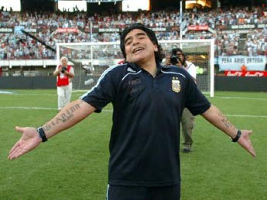 Empujones y gritos en la casa de Maradona