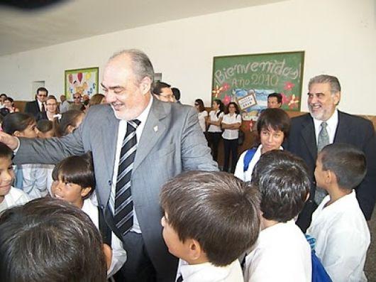 El Gobierno eleva el básico docente a $950 y un aumento de 300 pesos a la administración pública