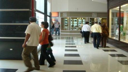 Delincuentes robaron casi 7 mil pesos de un local del Centenario Shopping Mall