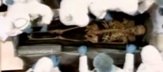 Chávez exhuma los restos de Bolívar
