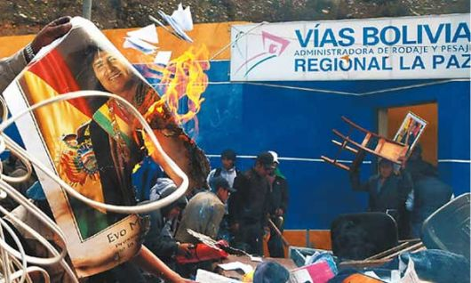 Protesta y ataque a las instituciones en Bolivia