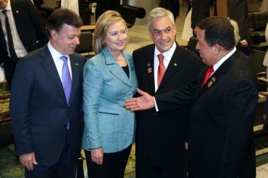 Hugo & Hillary: Apretón de manos, breve charla y sonrisas de ocasión