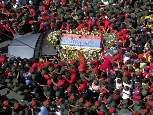 Una multitud acompaña los restos de Chávez