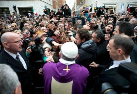 Saludos de Francisco en Plaza San Pedro