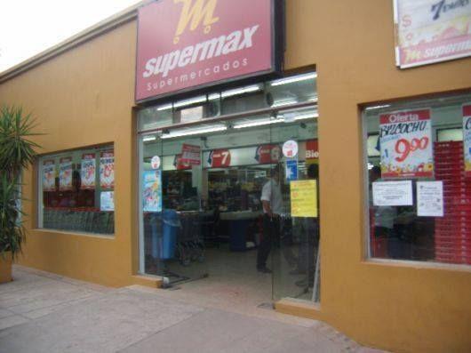 Sietes hombres disfrazados de policías asaltaron un supermercado