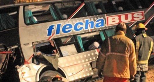 Choque entre un micro y un camión causó la muerte de una persona