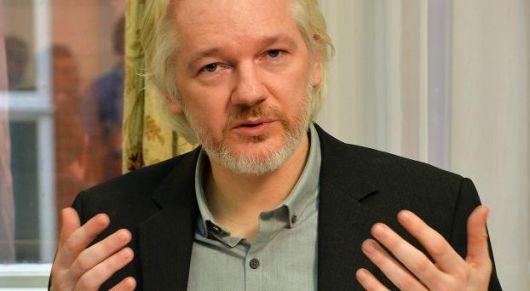 ¿Negociación o rendición?: Assange saldrá de la embajada