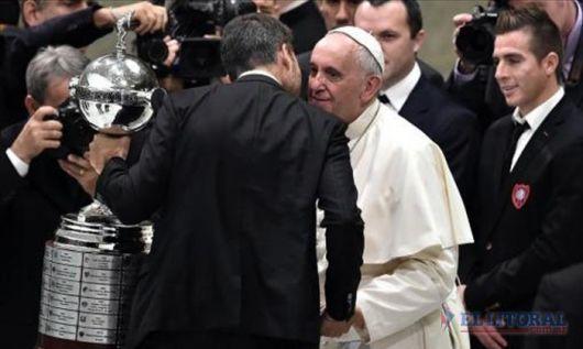 """El Papa recibió la Copa: """"San Lorenzo es parte de mi identidad cultural"""""""