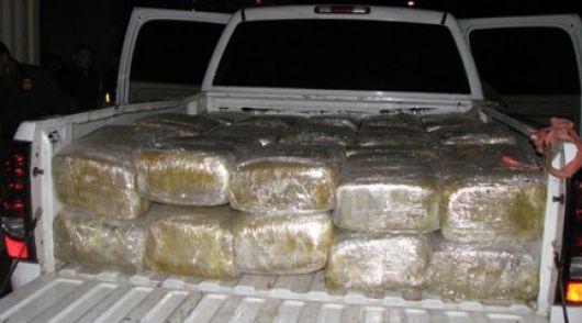 <p>Narcos abandonaron camioneta con casi 950 kilos de marihuana</p>