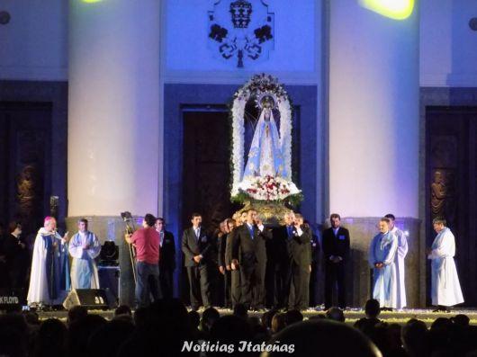 <p>Una multitud saludó a la Virgen de Itatí e iniciaron los actos centrales</p>