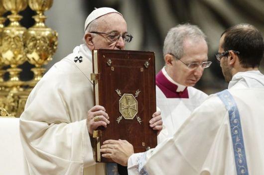 """<p>El Papa pidió """"una mirada materna"""" ante un mundo desunido</p>"""