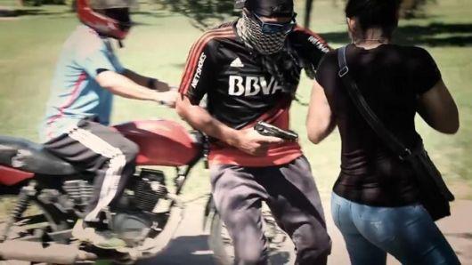 <p>Arrebatos y manoseos de motochorros en Monte Caseros&nbsp;</p>