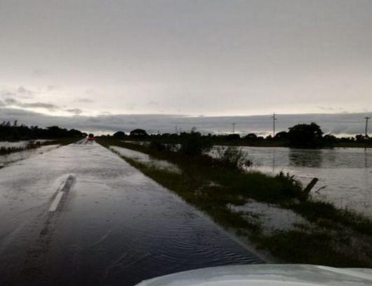 <p>El agua ya subió a la Ruta N° 12</p>