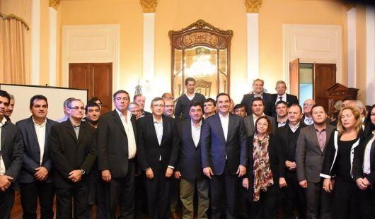 <p>Valdés firmó convenios de viviendas con 33 intendentes</p>