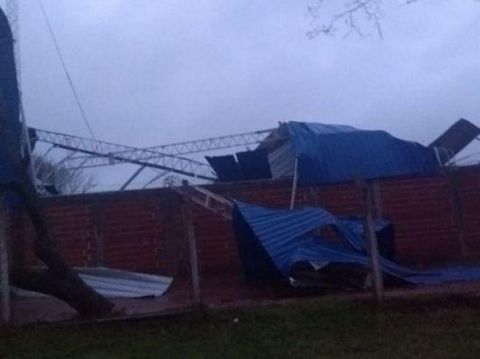 <p>Un temporal de viento y granizo causó serios daños en Juan Pujol y la zona rural de Mocoretá</p>