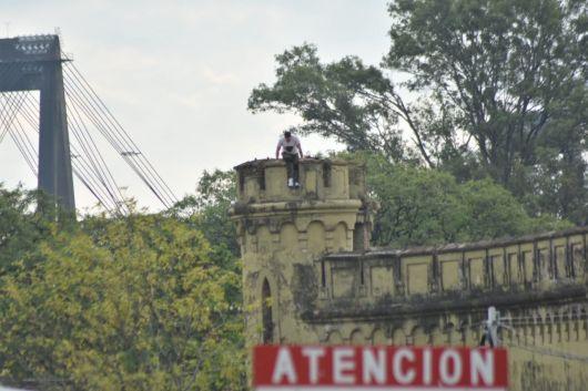 <p>Tensión en el Penal 1: interno hace reclamos desde una de las torres</p>