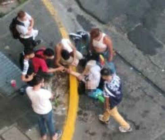 Atacan en patota a un jóven en La Cruz